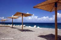 Ombrelloni sulla spiaggia - Foto di Giuseppe Accordino  - Patti marina (6391 clic)