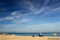 Spiaggia con lo sfondo di Vulcano - Foto di Giuseppe Accordino  - Patti marina (5795 clic)