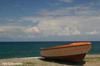 Barca sulla spiaggia - costa tirrenica - Foto di Giuseppe Accordino  - Terme vigliatore (10243 clic)