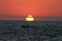 Levanzo, tramonto dai Faraglioni con barca  - Levanzo (4066 clic)