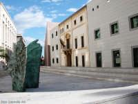 Nuovo Palazzo di Giustizia. Piazza della Memoria. In caratteri d'acciaio a rilievo sui gradini i nom