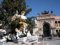 Albero di Natale davanti il teatro Politeama Garibaldi. Gli angeli riproducono gli stucchi barocchi