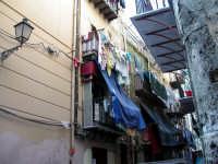 La Kalsa. Balconi in Vicolo delle Travi (traversa di Via Alloro) PALERMO Gabriella Alù