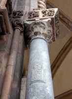 La Cattedrale. Versetti  coranici  (una sura) sulla prima colonna a sinistra del portico meridiona
