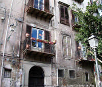 Balconi nel quartiere dell'Olivella PALERMO Gabriella Alù