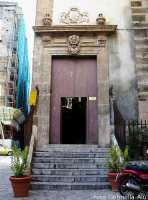 Miserie e splendori del centro storico: l'ingresso dell'  Oratorio del SS. Rosario  in Santa Cita PA