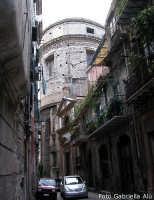 Miserie e splendori del centro storico: via Bambinai,  ingresso dell'  Oratorio del SS. Rosario  di