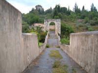 CANICATTINI BAGNI:Il Ponte di S. Alfano, antico costrutto di pietra dell'anno 1796. Al di sopra del ponte, stanno scolpiti,in pietra da taglio del tempo, due personaggi, portanti ciascuno una bottiglia e un pane. Una graziosa leggenda li dipinge come campieri, uno di nome Currarinu e l'altro Calamaru i quali, per odi personali, si uccisero proprio sopra il ponte.Il ponte congiunge il territorio di Canicattini all'exe feudo S. Alfano.....salvatore petruzzelli   - Canicattini bagni (5150 clic)
