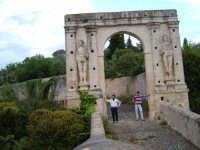 CANICATTINI BAGNI:Il Ponte di S. Alfano, antico costrutto di pietra dell'anno 1796. Al di sopra del ponte, stanno scolpiti,in pietra da taglio del tempo, due personaggi, portanti ciascuno una bottiglia e un pane. Una graziosa leggenda li dipinge come campieri, uno di nome Currarinu e l'altro Calamaru i quali, per odi personali, si uccisero proprio sopra il ponte.Il ponte congiunge il territorio di Canicattini all'exe feudo S. Alfano....salvatore petruzzelli  - Canicattini bagni (4805 clic)
