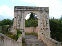CANICATTINI BAGNI:Il Ponte di S. Alfano, antico costrutto di pietra dell'anno 1796. Al di sopra del ponte, stanno scolpiti,in pietra da taglio del tempo, due personaggi, portanti ciascuno una bottiglia e un pane. Una graziosa leggenda li dipinge come campieri, uno di nome Currarinu e l'altro Calamaru i quali, per odi personali, si uccisero proprio sopra il ponte.Il ponte congiunge il territorio di Canicattini all'exe feudo S. Alfano....salvatore petruzzelli  - Canicattini bagni (5426 clic)