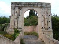 CANICATTINI BAGNI:Il Ponte di S. Alfano, antico costrutto di pietra dell'anno 1796. Al di sopra del ponte, stanno scolpiti,in pietra da taglio del tempo, due personaggi, portanti ciascuno una bottiglia e un pane. Una graziosa leggenda li dipinge come campieri, uno di nome Currarinu e l'altro Calamaru i quali, per odi personali, si uccisero proprio sopra il ponte.Il ponte congiunge il territorio di Canicattini all'exe feudo S. Alfano......salvatore petruzzelli  - Canicattini bagni (4189 clic)