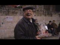 Una persona contenta per aversi accaparrato una bella razione di 'Mustazzoli'. SCICLI Davide Militel