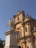 Statua di Pietro di Lorenzo Busacca con sullo sfondo la chiesa del Carmine.  - Scicli (1758 clic)