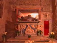'I Sabburcara',ovvero i Santi Sepolcri che vengono allestiti per il Giovedì Santo, che a Scicli hanno un'antica tradizione. (sepolcro della chiesa del Calvario).  - Scicli (2202 clic)
