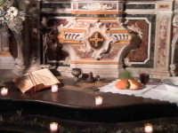 'I Sabburcara',ovvero i Santi Sepolcri che vengono allestiti per il Giovedì Santo, che a Scicli hanno un'antica tradizione. (sepolcro della chiesa del Carmine).  - Scicli (6974 clic)