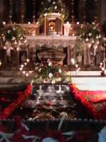 'I Sabburcara',ovvero i Santi Sepolcri che vengono allestiti per il Giovedì Santo, che a Scicli hanno un'antica tradizione. (sepolcro della chiesa di Santa Maria La Nova).  - Scicli (2435 clic)