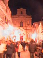 La gente affolla le strade di Scicli per girare i santi sepolcri del giovedì santo. come vuole la tradizione, devono essere visitati in numero dispari.  - Scicli (2852 clic)