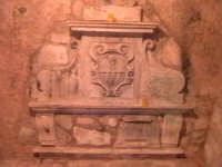La tomba di un frate francescano, dietro l'altare della chiesa del Calvario. (Architettura Rupestre).  - Scicli (1513 clic)