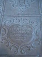 Lapide che copre l'entrata alle cripte della chiesa Madre.  - Scicli (1751 clic)