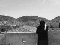 Una suora prega guardando la città di Scicli.  - Scicli (1508 clic)