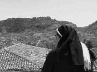 Una suora prega guardando la città di Scicli. SCICLI Davide Militello