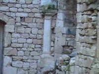 Resti del chiostro di stile Chiaramontano del convento di Sant'Antonino (XIV°sec)-Architettura pre-T