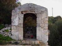 Cappella sul colle della Croce (XIV°sec), dove era conservato il quadro miracoloso della Madonna della Grazia (1600)-Architettura pre-Terremoto del 1693-  - Scicli (1878 clic)