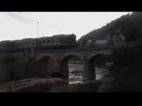 Ponte dell'Ospedale con treno in passaggio.  - Scicli (1535 clic)