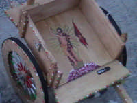 Tipico carretto siciliano in miniatura con impressa l'immagine dell'Uomo Vivo 'U GIOIA'.  - Scicli (4446 clic)