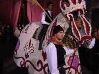 Cavalli bardati con fiori di violaciocca (BALUCU)per la Cavalcata di San Giuseppe, cavalcata che affonda le proprie radici al Medioevo, nella notte dei tempi. Decantata anche dallo scrittore Elio Vittorini nel suo libro 'Conversazioni in Sicilia'.  - Scicli (1705 clic)