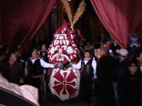 Cavalli bardati con fiori di violaciocca (BALUCU)per la Cavalcata di San Giuseppe, cavalcata che affonda le proprie radici al Medioevo, nella notte dei tempi. Decantata anche dallo scrittore Elio Vittorini nel suo libro 'Conversazioni in Sicilia'.  - Scicli (1547 clic)