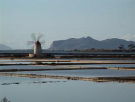 Particolare delle saline dello stagnone di Marsala, in fondo un'isola delle Egadi  - Marsala (3875 clic)