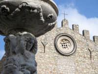 Taormina, particolare della fontana antistante la facciata del duomo  - Taormina (2626 clic)