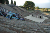 Piccolo teatro greco del III-II sec. a.C. Cavea rivolta verso il mare; 11 cunei con 28 gradini. Diametro originario di 63 metri. Rappresentazioni classiche del mese di giugno 2006. Fedra.  - Tindari (3155 clic)