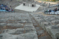 Piccolo teatro greco del III-II sec. a.C. Cavea rivolta verso il mare; 11 cunei con 28 gradini. Diametro originario di 63 metri. Rappresentazioni classiche del mese di giugno 2006. Fedra.  - Tindari (3355 clic)