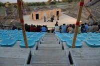 Piccolo teatro greco del III-II sec. a.C. Cavea rivolta verso il mare; 11 cunei con 28 gradini. Diametro originario di 63 metri. Rappresentazioni classiche del mese di giugno 2006. Fedra.  - Tindari (2817 clic)