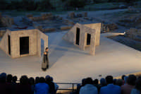Piccolo teatro greco del III-II sec. a.C. Cavea rivolta verso il mare; 11 cunei con 28 gradini. Diametro originario di 63 metri. Rappresentazioni classiche del mese di giugno 2006. Fedra.  - Tindari (2664 clic)