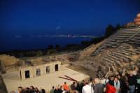 Piccolo teatro greco del III-II sec. a.C. Cavea rivolta verso il mare; 11 cunei con 28 gradini. Diametro originario di 63 metri. Rappresentazioni classiche del mese di giugno 2006. Fedra.  - Tindari (3246 clic)