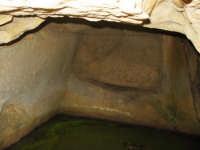 Monte Ferrante m.s.l.1178,Comune di Geraci siculo, particolare interno di una grotta dove si evidenzia giaciglio scavato dall'uomo nella pietra.   - Geraci siculo (6420 clic)