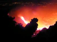 Colata dalla bocca di Torre del Filosofo, e la costa ionica sullo sfondo. Acqua e fuoco.  - Etna (2130 clic)