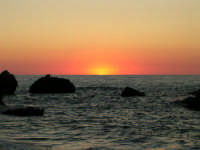 Un istante prima che il sole stanco si abbandoni alla sera, lasciandosi annegare.. Esatto confine fra luce e buio... Inizio del crepuscolo...  - Castel di tusa (7647 clic)