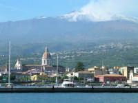 Veduta dell'Etna e del porto di riposto dal mare... in barca a vela...  - Riposto (14536 clic)