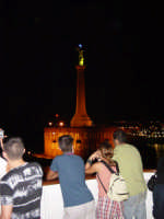 Turisti cheammirano la statua della Madonna della Lettera di Messina mentre sono in viaggio sulla nave traghetto.  - Messina (3277 clic)