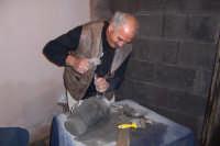 Scultore di pietra lavica dell'Etna  - Paternò (1987 clic)