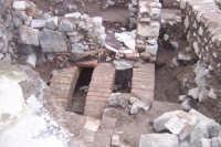 Recenti scavi archeologici alla Collina Storica. Sopra le tre arcate si notino i resti di pavimenti a mosaico di chiaro periodo romano.  - Paternò (4567 clic)