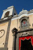 Chiesa di S. Margherita.Si noti il portale barocco con una torre campanaria di chiara ispirazione araba.I due cherubini, sopra il portale, reggono un cartiglio recante la data 1750.  - Paternò (1429 clic)