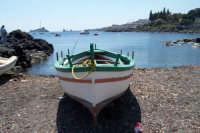Piccola baia dei pescatori, sullo sfondo i faraglioni di Acitrezza.  - Capo mulini (3409 clic)