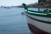 Piccola baia dei pescatori, sullo sfondo i faraglioni di Acitrezza.  - Capo mulini (3885 clic)
