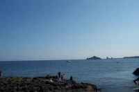 Veduta della baia di Capomulini, sullo sfondo i faraglioni di Acitrezza.  - Capo mulini (6448 clic)