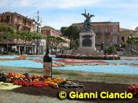 Piazza del Popolo Infiorata 2005  - Vittoria (3093 clic)